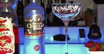El Cosmopolitan de fresas tiene como ingredientes fundamentales el vodka y las fresas naturales