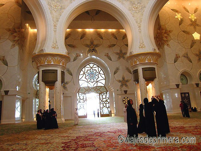La vestimenta correcta para visitar la Gran Mezquita de Abu Dabi obliga a las mujeres a llevar el hiyab y la túnica negras que se entregan en la entrada