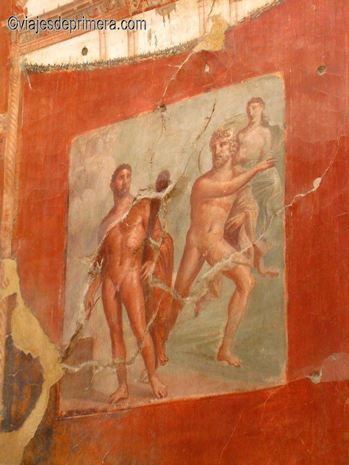 Herculano es otro gran descubrimiento arqueológico. La ciudad quedó sepultada por una capa de lodo volcánico del Vesubio antes que Pompeya, lo que permitió la conservación de frescos como estos o, incluso, de objetos de madera.