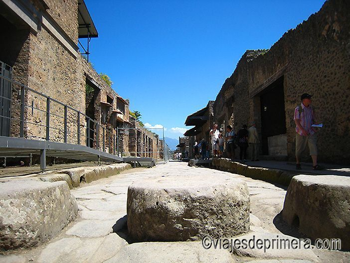 El urbanismo de Pompeya contaba con todo tipo de detalles: desde aceras y canalizaciones hasta estos pasaderos, entre los que cabían las ruedas de los carros y por los que se podía cruzar sin mojarse o mancharse.