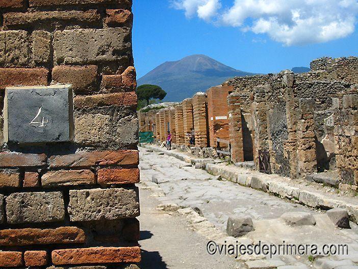 El número 4 de la Vía dell`Abbondanza de Pompeya. AL fondo, el Vesubio.