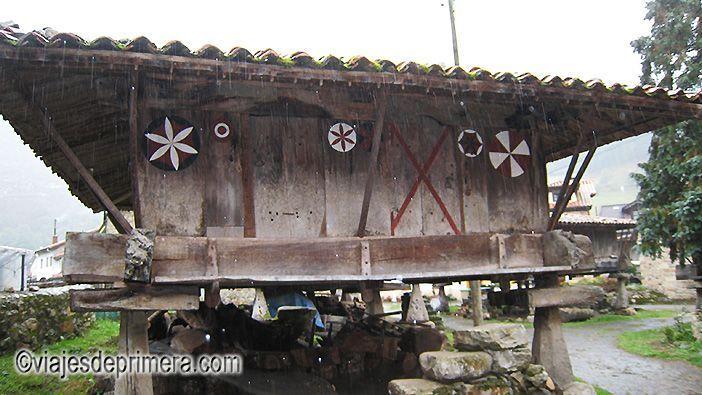 Escudos que decoran uno de los hórreos que hacen de Espinaredo una de las localidades más pintorescas de Asturias