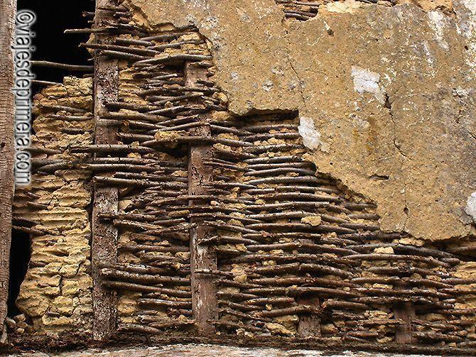 Aún se conservan los hórreos con paredes hechas de cañas trenzadas y barro