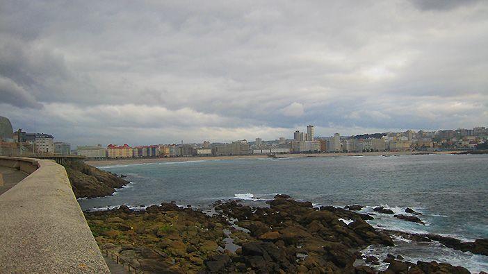 Con 13 kilómetros de distancia, el Paseo Marítimo de A Coruña integra carril bici y carril para corredores, además de espacio para circular coches y tranvías
