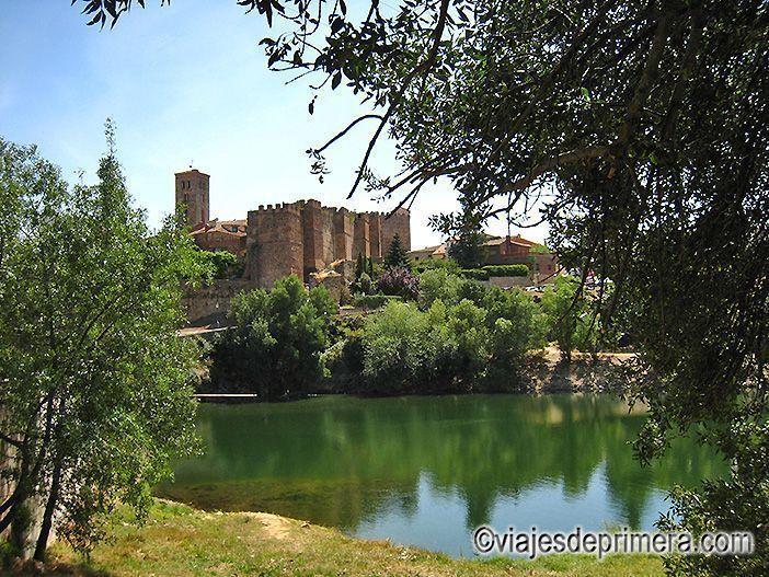 Vistas del casco histórico de Buitrago de Lozoya, en la Sierra Norte de Madrid, desde el otro lado del río.