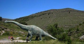 Maquetas de dinosaurios a escala real en la Ruta de los Dinosaurios de Enciso, en La Rioja
