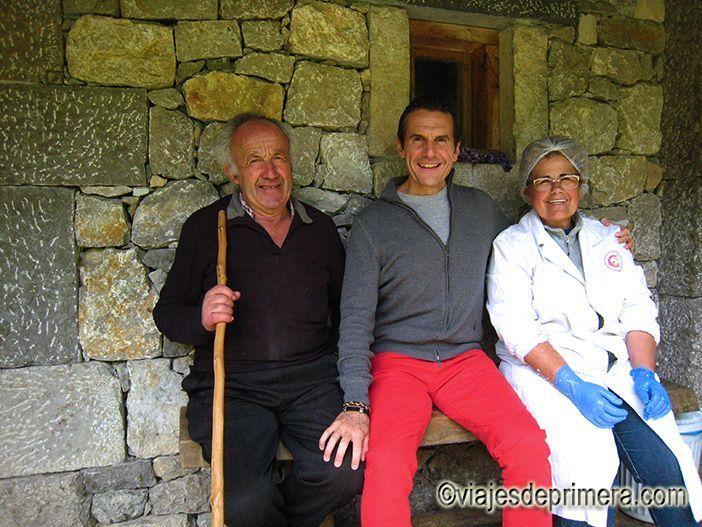 Javier Castro con Covadonga y Antonio Fernández, productores de queso Gamonedo del Puerto, en los Picos de Europa de Asturias.