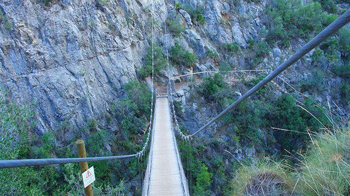 La Ruta de los Puentes Colgantes de Chulilla, Valencia, es perfecta si te gustan el senderismo o la escalada