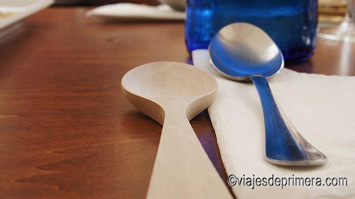La cuchara de madera es típica a la hora de comer arroz en Valencia