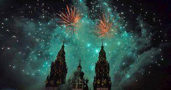 La Las Fiestas de Santiago incluyen los fuegos artificiales del 24 de julio frente a la Catedral de Santiago de Compostela.