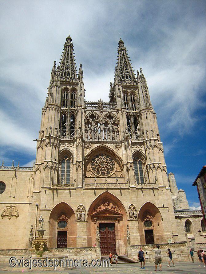 La parte inferior de la fachada principal de la Catedral de Burgos está reconstruida en estilo neoclásico