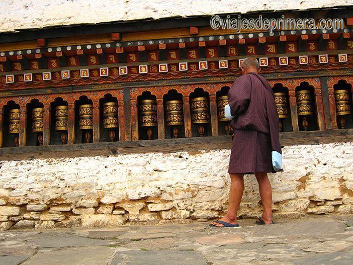 Un hombre hace girar las ruedas de oración en Lhakahng Changangha, Bután.