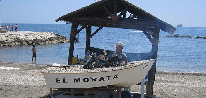 Los espetos de sardinas son una de las cosas más tradicionales que comer en Málaga