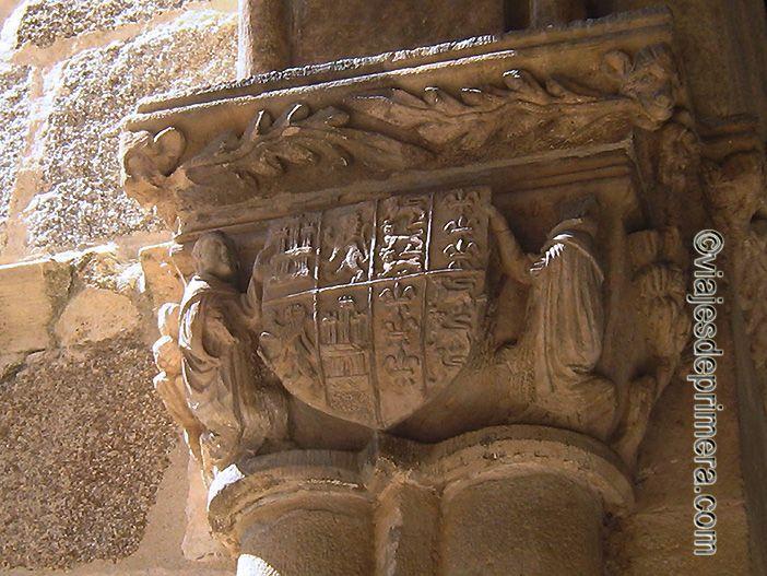 La heráldica de Enrique III también aparece en los capitales del claustro de Santa María la Real de Nieva