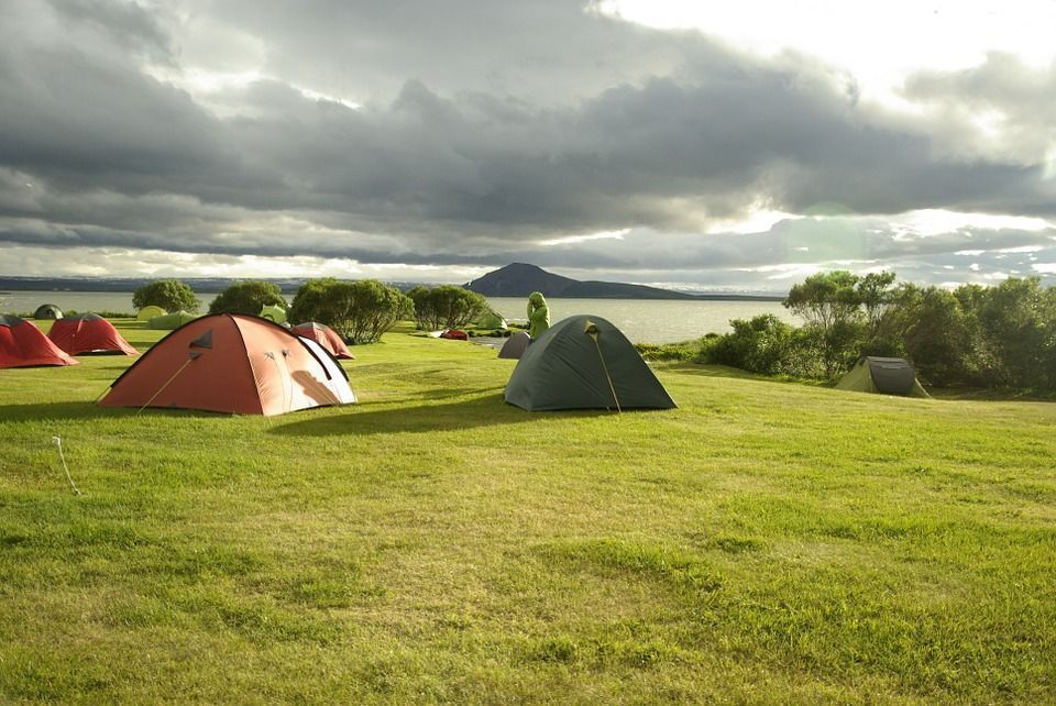 En Eslovenia puedes hacer camping a la orilla de un lago.