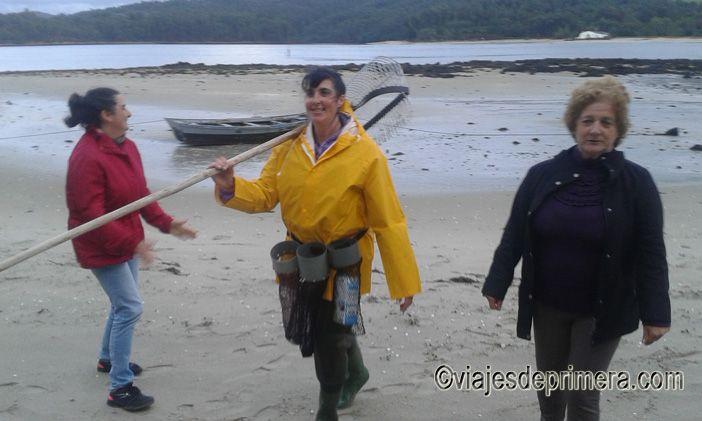 Las mariscadoras de la Costa da Morte organizan visitas guiadas para que se conozca mejor su labor