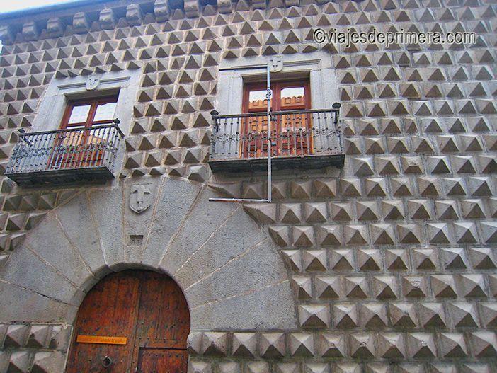 La Casa de los Picos tiene una de las fachadas más singulares que ver en Segovia.