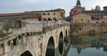 El Puente de Tiberio de Rímini es de origen romano y dicen que fue el único que los nazis no pudieron derrumbar de cuantos se encontraron en las orillas del río Marequia.