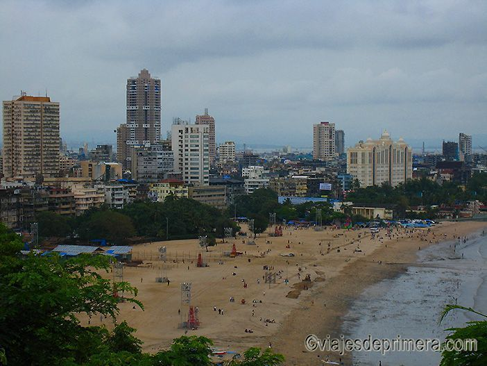 La playa de Chowpatty es uno de los espacios públicos más concurridos de la ciudad de Mumbai