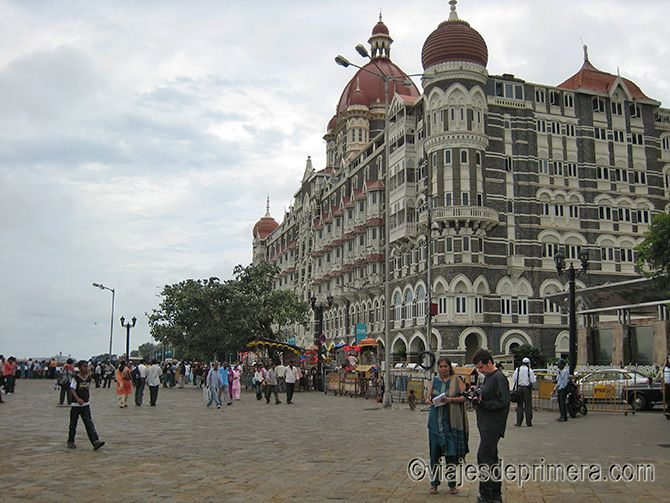 El hotel Taj Mahal Palace está frente a la Puerta de la India de Mumbai, antigua Bombay