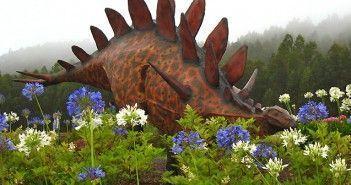 Dinosaurios en los exteriores del Museo del Jurásico de Asturias en la Ruta de los Dinosaurios