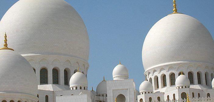 La Gran Mezquita de Abu Dabi es uno de los lugares que ver en Emiratos