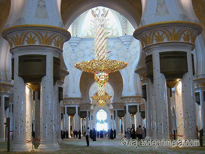 El interior de la Gran Mezquita de Abu Dabi está abierto a las visitas turísticas fuera de los horarios de rezo establecidos
