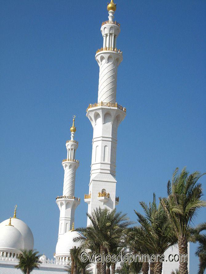 La Gran Mezquita de Abu Dabi tiene cuatro minaretes de más de 100 metros de altura cada uno