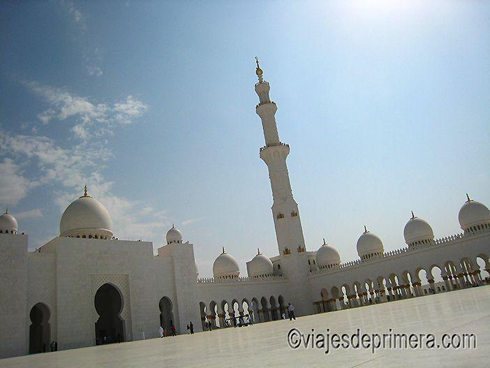 El patio central de la Gran Mezquita de Abu Dabi está hecho con mármol blanco