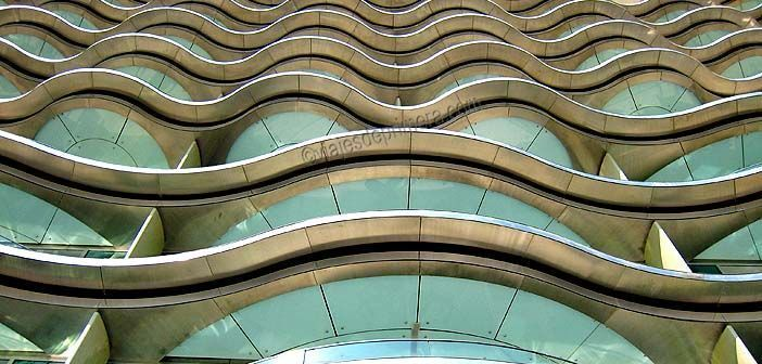 La fachada del Meydan tiene un diseño de cristal y acero curvilíneo que recuerda un poco a las olas del mar