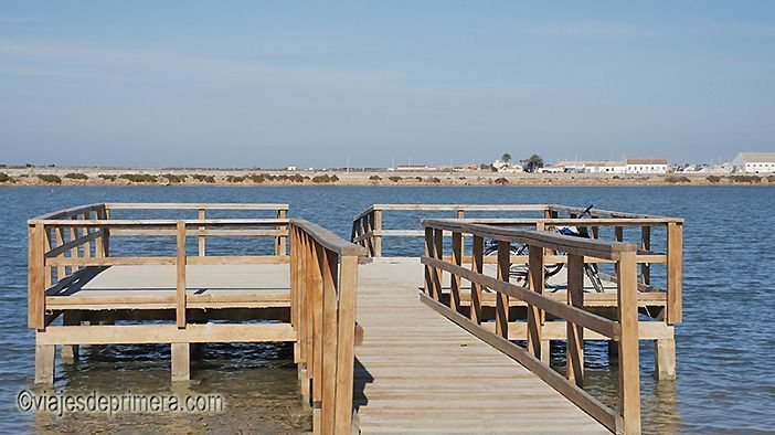 Las pasarelas de madera en las orillas del Mar Menor sirven para las sesiones gratuitas de lodoterapia.
