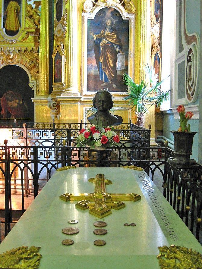 Tumba de Pedro el Grande, fundador de San Petersburgo, a quien no nos importaría entrevistar, aunque fuera desde el Más Allá.