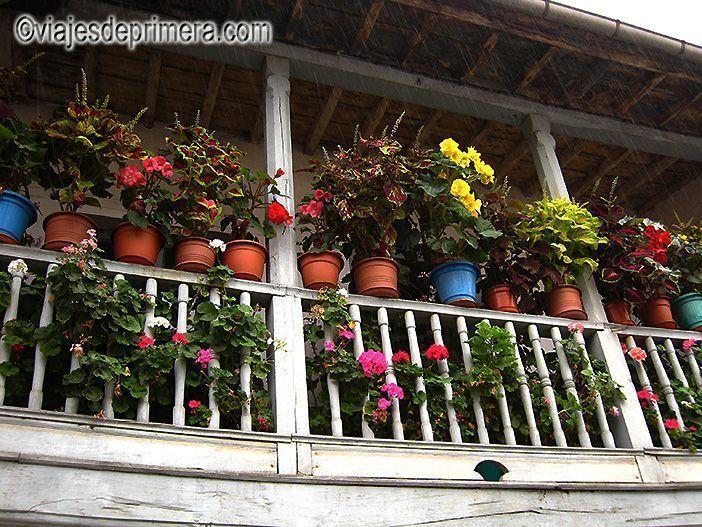 Una de las terrazas de las casas de Espinaredo, el pueblo de los hórreos de Asturias