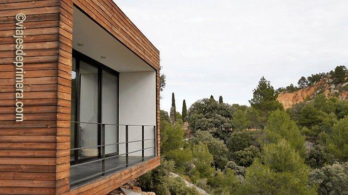 El Hotel Consolación está conformado por 9 cubos de diseño minimalista desde los que se tienen estupendas vistas de la Sierra del Maestrazgo, en Matarraña, Teruel.