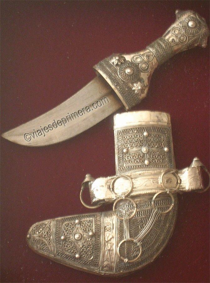 Las dagas tradicionales de Omán se venden enmarcadas como recuerdos.