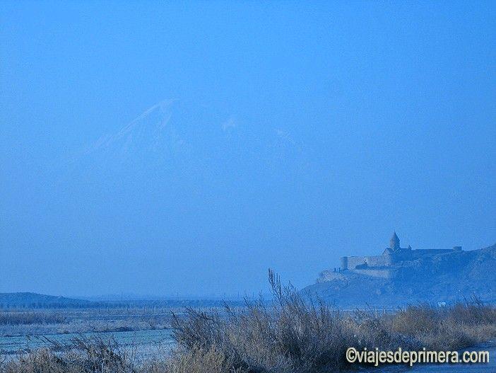Al fondo, el perfil del escurridizo Monte Ararat, clave en la cultura armenia pero hoy en territorio turco.