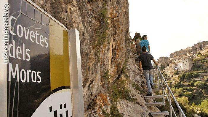 La entrada a Les Covetes dels Moros se realiza por unas escaleras metálicas perfectamente acondicionadas. La entrada a este monumento histórico artístico de Bocairent cuesta 1,5 euros.