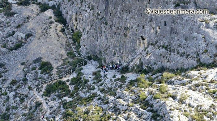 Les Covetes dels Moros se encuentran a tan sólo 300 metros del casco histórico de Bocairent.