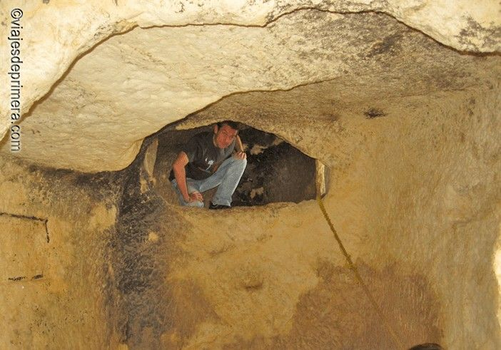 Las salas de Les Covetes dels Moros, donde se guardaban grano y otros objetos de valor, se han interconectado para que puedan visitarse todos los niveles de este laberinto troglodita de Bocairent.