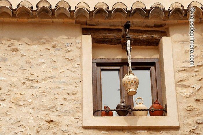 El casco histórico de Bocairent se distingue por sus detalles tradicionales, desde los tiestos hasta los botijos de barro.