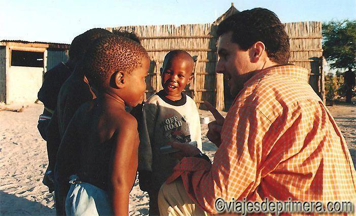 Javier Castro con unos niños batsuanos en una aldea cerca del Delta del Okavango en Botswana