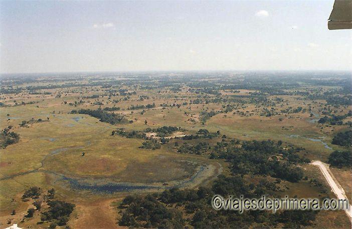 Paisaje de Botswana durante un sobrevuelo en avioneta del país africano.