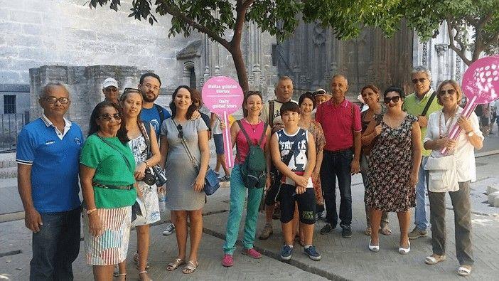 Grupo de visitantes en Sevilla guiados por Sevilla Official Tours (SOT).