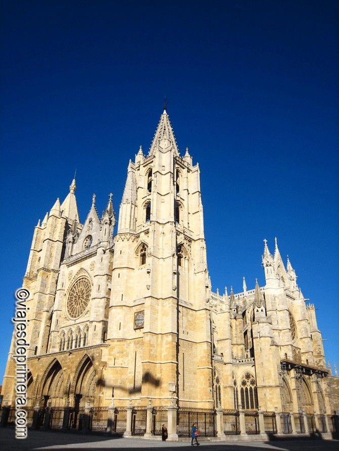 La leyenda del topillo es una de las muchas que rodean la construcción de la Catedral de León, cuyas vidrieras están consideradas como unas de las más extensas de Europa.
