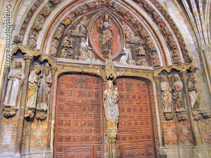 La Virgen de los Dados en el parteluz de la fachada Norte de la Catedral de León.
