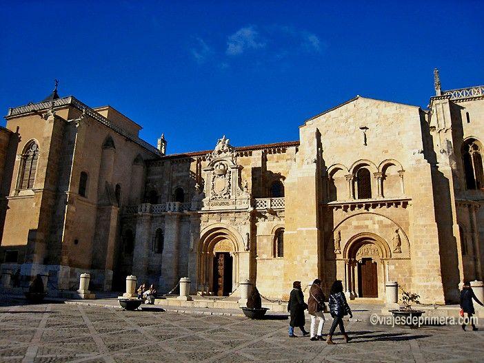 Entrada de la Colegiata de San Isidoro de León, paso obligado para los peregrinos que transitan por el Camino de Santiago