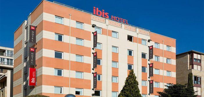 Fachada del Hotel Ibis Salamanca, cerca del centro histórico de la capital charra