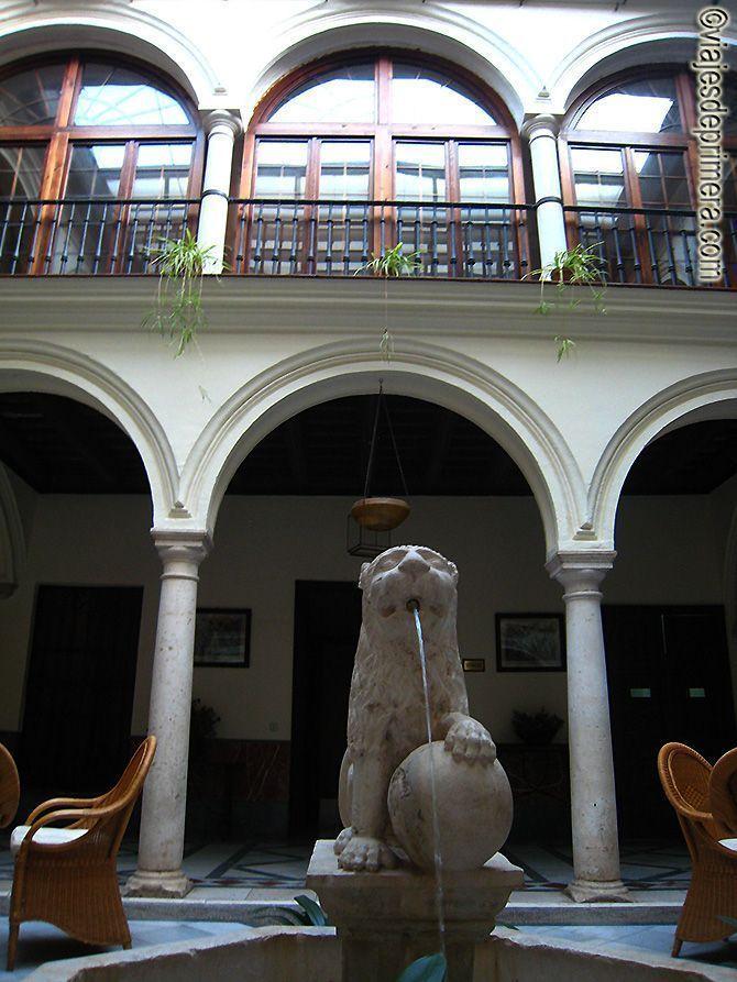 Patio central del hotel Palacio Marqués de La Gomera en Osuna