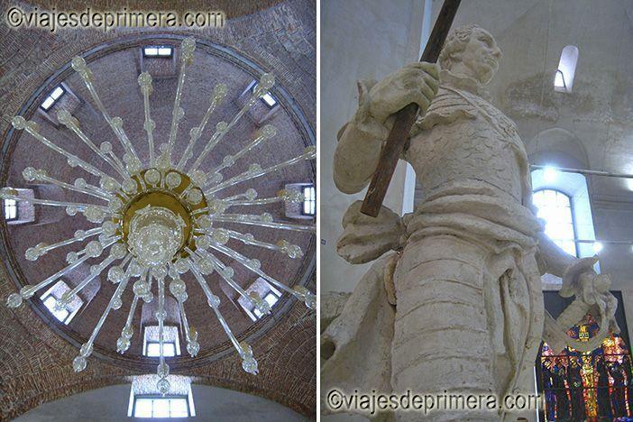 Araña de cristal y escultura de Carlos III en la Real Fábrica de Cristales de La Granja de San Ildefonso, en Segovia.