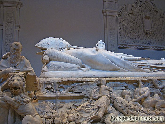 Sepulcro del Cardenal Cisneros en la Capilla de San Ildefonso en la Universidad de Alcalá de Henares, ciudad Patrimonio de la Humanidad de Madrid.